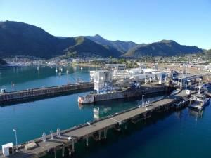 Neuseeland | Südinsel, Ausblick von der Fähre beim Start im Hafen in Picton auf die Stadt und die umliegenden Berge