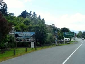 Neuseeland | Südinsel, Wegweiser zur Fähre in Picton
