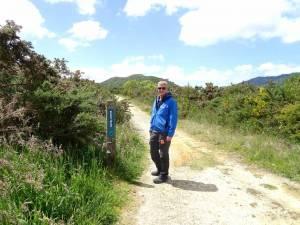 Neuseeland | Südinsel, Startpunkt des Queen Charlotte Sound Snout Track in der Nähe von Picton. Henning in freudiger Erwartung auf die Aussicht des Trails