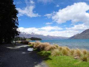 Neuseeland | Südinsel, Frankton Arm Walk in Queenstown am Lake Wakatipu mit schneebedeckten Bergen im Hintergrund