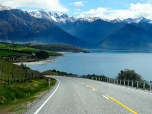 Neuseeland | Südinsel, Blick auf den Lake Hawea bei Wanaka mit schneebedeckten Bergen im Hintergund