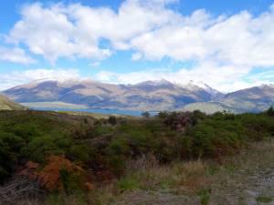 Südinsel, Strecke von Queenstown nach Wanaka. Panoramaweg durch schneebedeckte Berge mit Blick auf den Lake Wanaka