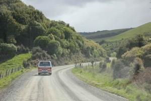 Südinsel, auf dem Weg von Te Anau zum Milford Sound in unserem Hippie auf ungeteerter Straße durch die grünen Berge