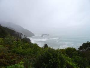 Neuseeland | Südinsel, Panoramablick im Regen bei Greymouth auf ein graues aufgewiorbeltes tosendes Meer