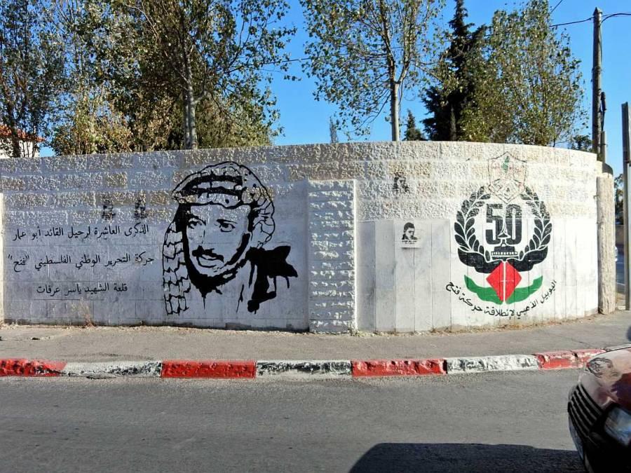 Kunst an der Mauer mit Arafat-Silhouette vermutlich zum 50-jährigen Bestehen der PLO