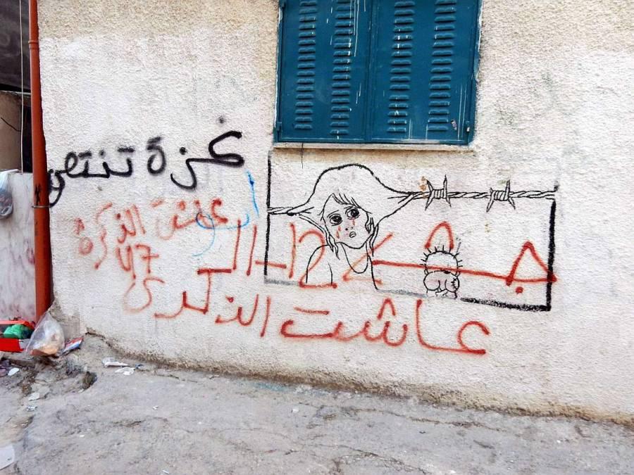 Graffiti eines im Stacheldraht gefangenen traurigen Mädchens im Aida-Flüchtlingscamp in Bethlehem