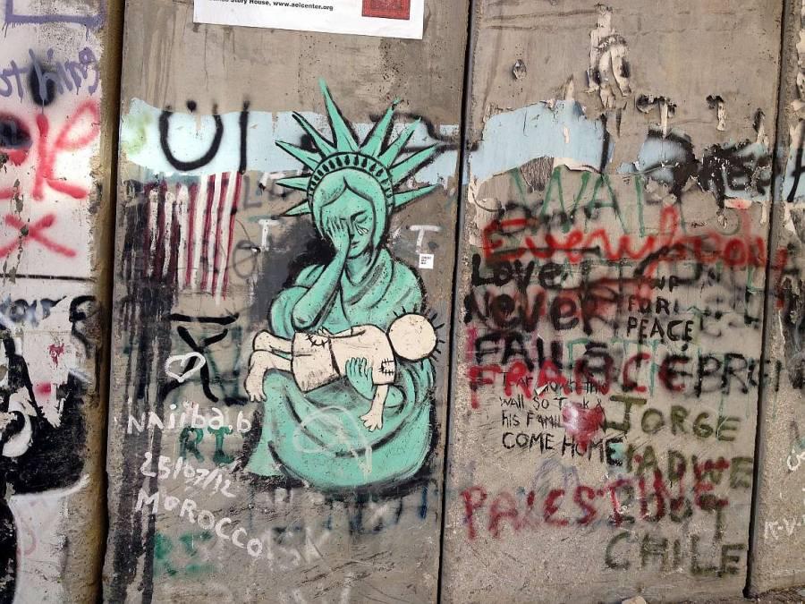 Weinende Freiheitsstatue mit totem Kind im Arm