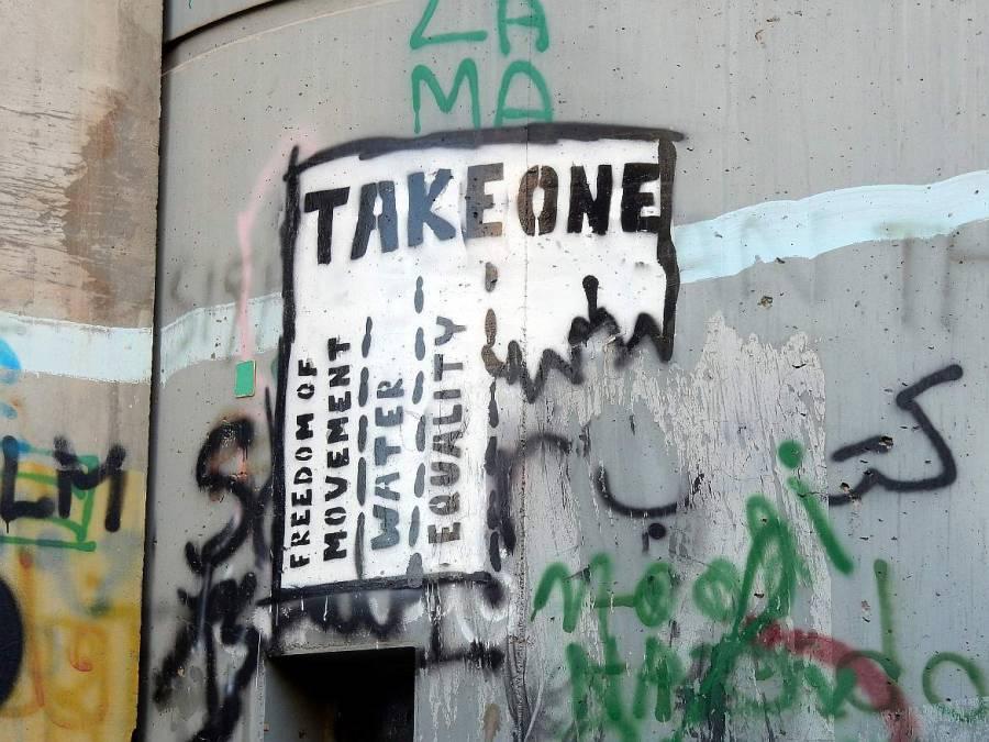 Abreißzettel mit den Forderungen nach Bewegungsfreiheit, Wasser und Gleichheit