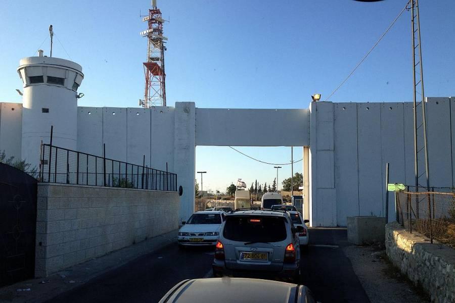 Palästina | Ein Tor in der hohen Mauer mit Grenzanlagen und Wachturm