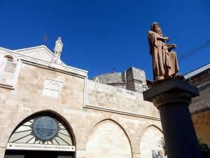 Palästina | Sehenswürdigkeiten: Statue vor dem Eingang der Katharinenkirche in Bethlehem