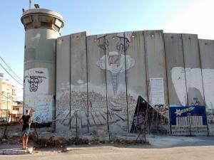 Sehenswürdigkeiten: Mauer und Wachturm mit Graffiti. Die Mauer in Bethlehem grenzt das Westjordanland ab.