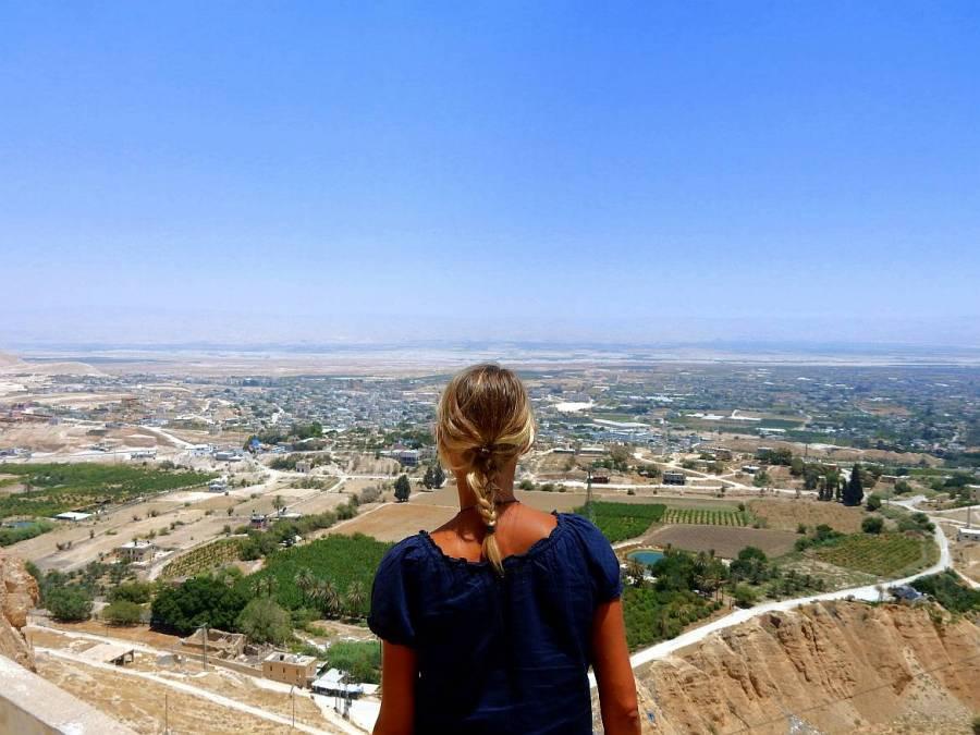 Palästina | Karin blickt vom Berg der Versuchung auf Jericho und das Tote Meer