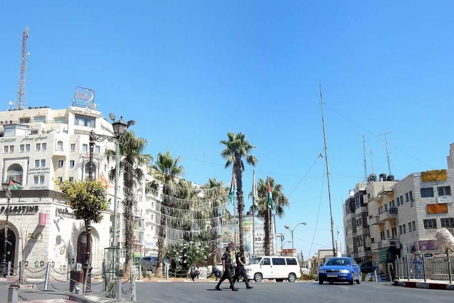 Palästina | Platz mit Palmen und zwei Soldaten