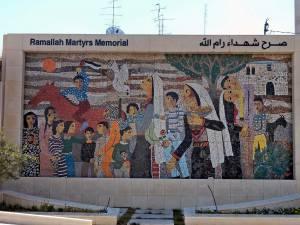 Palästina | Ein Mosaik auf einer Mauer erinnert an die Märtyrer