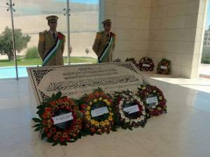 Palästina | Sehenswürdigkeiten: Zwei Soldaten stehen vor dem Grab von Arafat in der Mukata in Ramallah
