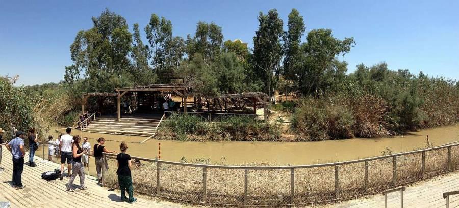 Palästina | Sehenswürdigkeiten: Bethanien ist die Taufstelle von Jesus Christus am Jordan. Bräunlicher Jordan im Sommer
