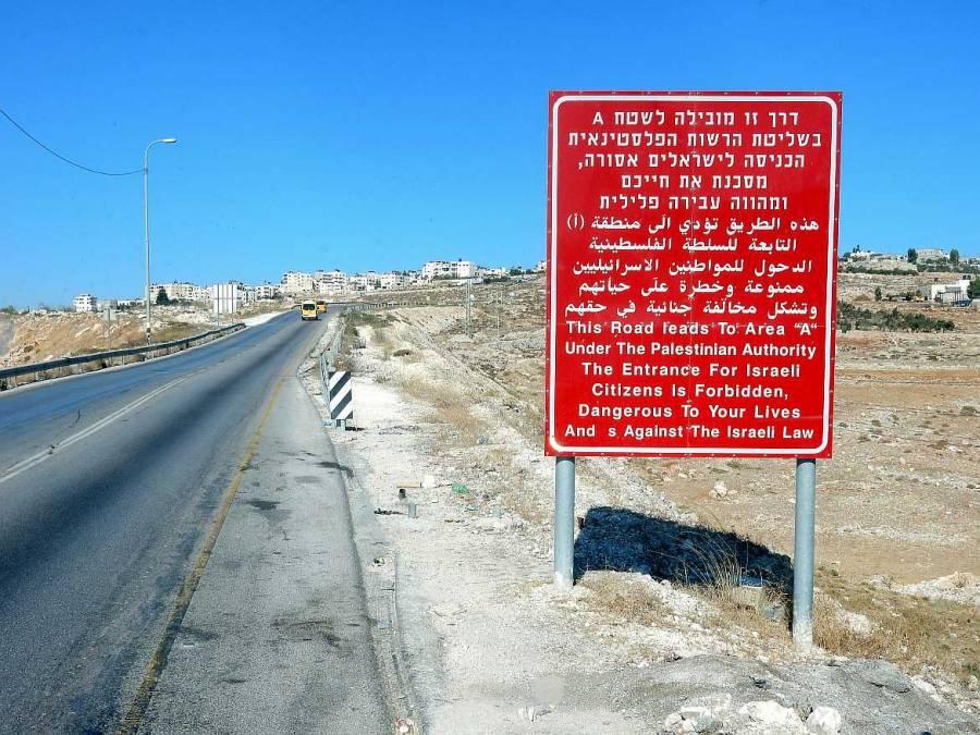 Palästina | Rotes Straßenschild warnt Israeli vor dem Betreten der Area A