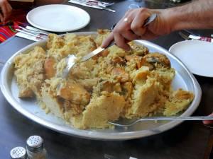 Typisch reichliches palästinensisches Mittagessen in Bethlehem: Teller mit Reis und Huhn