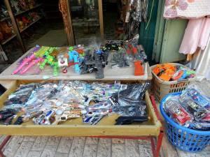 Stand mit Spielzeugwaffen aus Plastik