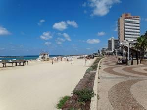 Tel Aviv | interessante Orte: Die Tayelet Promenda am breiten, feinsandigen Stadtstrand von Tel Aviv mit den Hochhäusern der Innenstadt im Hintergund