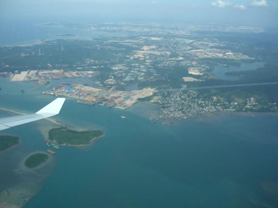 Singapur | Landeanflug. Panorama aus dem Flieger auf Singapur, wo viele interessante Orte für einen Kurztrip warten