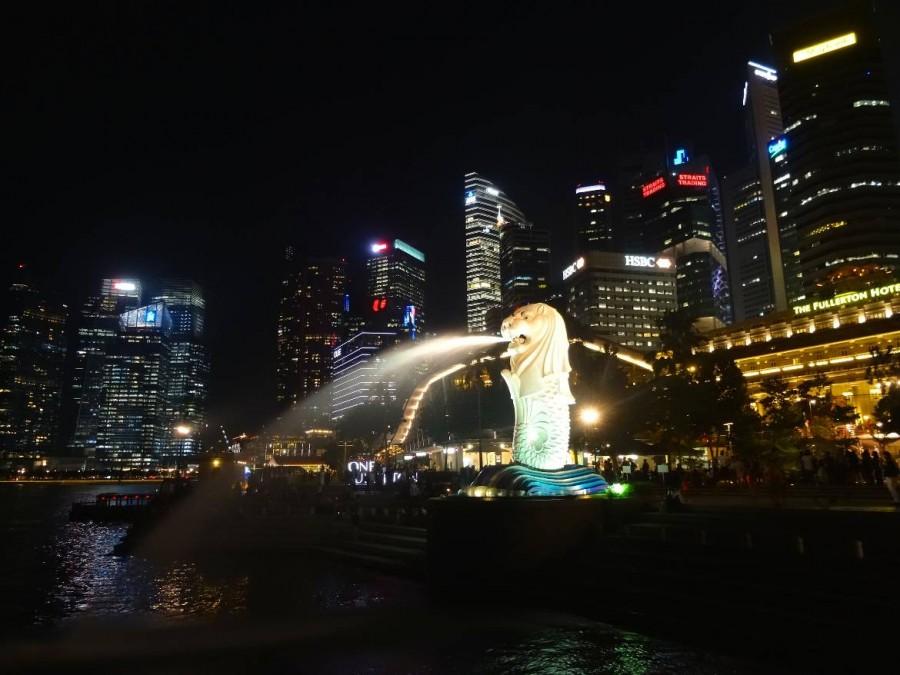 Interessante Orte & Sehenswürdigkeiten | Das Wahrzeichen von Singapur, Merlion in der Marina Bay bei Nacht mit den Lichtern der Hochhäuser von Singapur´s Skyline im Hintergrund. Eines der Highlights in Singapur