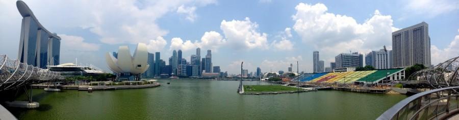 Singapur | Marina Bay Panorama. Hochhäuser. Marina Bay Sands, Gardesn by the Bay bei Sonnenschein. Der Stadtteil ist eine der Top-Sehenswürdigkeiten und einer unserer Tipps zum Genießen der Skyline