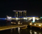 Singapur | Blick auf das Marina Bay Sands und Merlion bei Nacht von bunten Lichtern beleuchtet