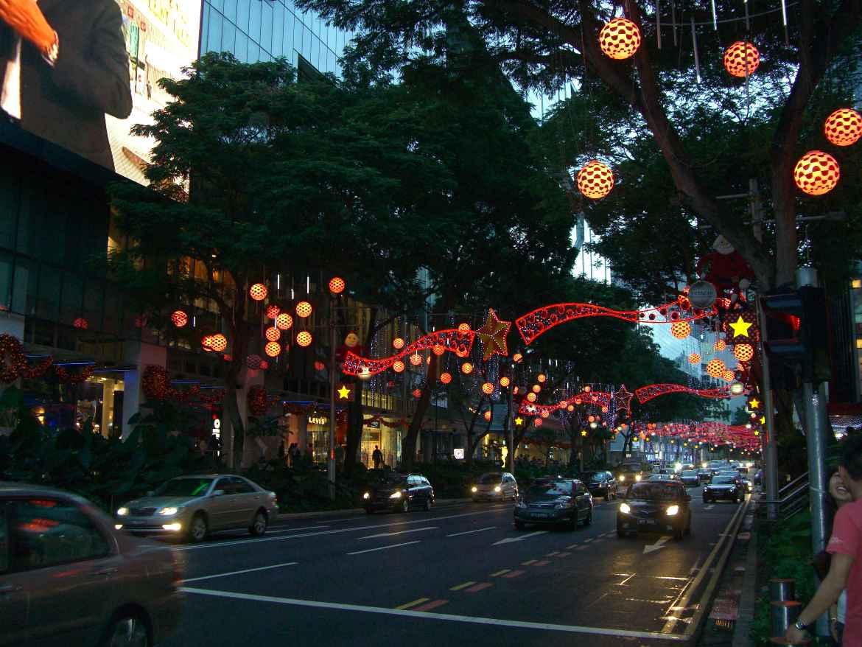 Interessante Orte & Sehenswürdigkeiten | Orchard Road, die Einkaufsmeile in Singapur bei Nacht beleuchtet von bunten Lichtern in der Weihnachtszeit