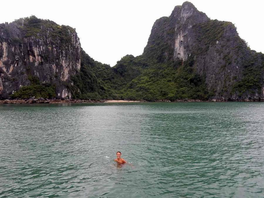 Vietnam | Norden, Badevergnügen in der Ha Long Bay. Karin im Wasser, im Hintergrund grün bewachsene Karstberge