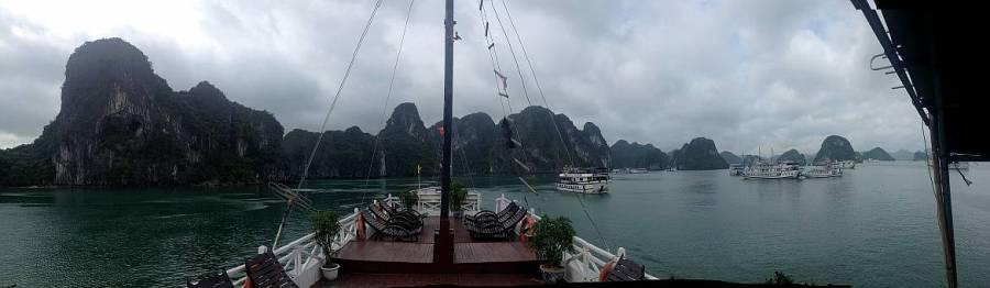 Vietnam | Norden, Panorama an Deck unserer Cruise durch die Ha Long Bay auf Karstberge und andere Boote