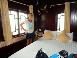 Vietnam | Norden, ein Blick in unsere Kabine auf der Fantasea Cruise in der Ha Long Bay. Karin steht lächeln in unserem kleinen aber feinen Zimmer mit 2 Fenstern und einem großen Bett