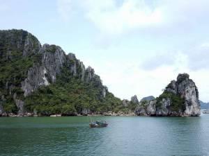 Vietnam | Norden, einsame Fischer in der Ha Long Bay . Blick auf ein kleines Boot, im Hintergrund die Karstberge