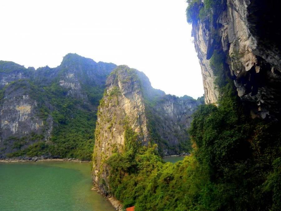 Vietnam | Norden, die typischen Karstfelsen der Ha Long Bay. Blick auf einen von der Sonne angestrahlten Felsen umgeben von Meerwasser