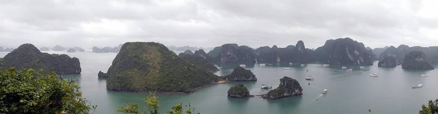 Vietnam | Norden, Panorama auf die Ha Long Bay von einem Berg auf Titop Island. Blick in die Bucht mit vielen Cruise Booten, die grün bewachsenen Karstberge, das Meer bei bewölktem Himmel