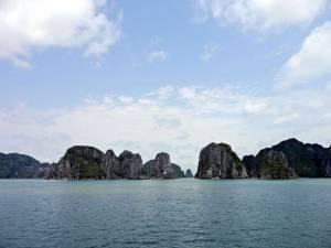 Vietnam | Norden, Panorama der Ha Long Bay bei blauem Himmel. Blick auf die Karstberge und das türkisblaue Meer