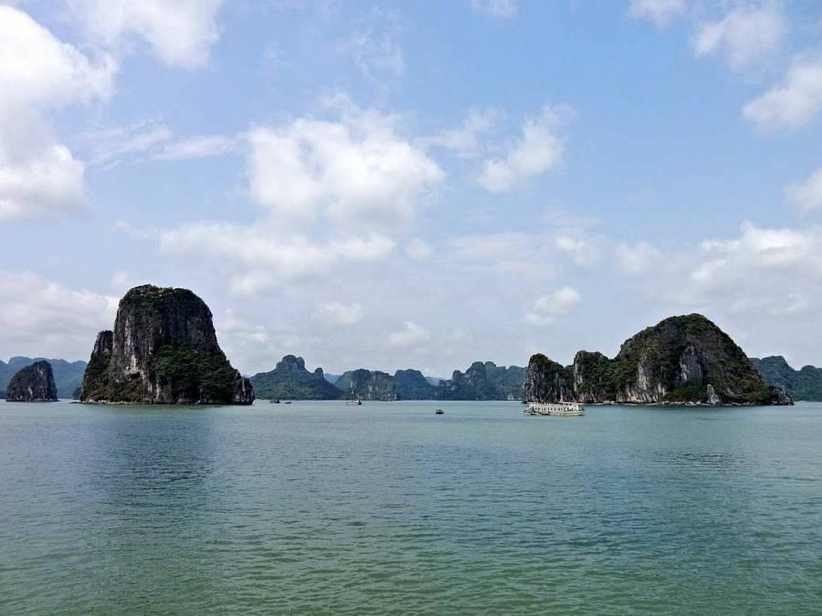 Vietnam | Norden, Sonnenschein in der Ha Long Bay. Blick auf die Bucht, die Karstberge und türkisfarbenes Wasser bei blauem Himmel