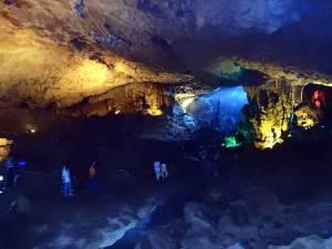 Vietnam | Norden, Sung Sot Cave in der Ha Long Bay. Blick in der Höhle auf die bunten Lichter im Inneren