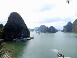 Vietnam | Norden, Panorama von der Sung Sot Cave auf die Ha Long Bay. Trotz Touristenmassen zählt die Tour in Nordvietnam zu unsren Tipps & HIghlights