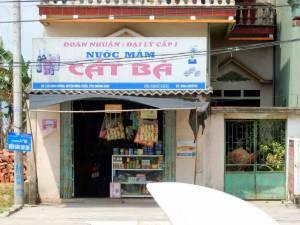 Vietnam | Norden, 1. Stop der Ha Long Bay Tour: gegenüber des Touristenshops ist der kleine Familien-Supermarkt Cat Ba. Blick auf den Eingang mit verschiedenen Waren