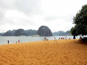 Vietnam | Norden, der Strand auf Titop Island in der Ha Long Bay. Blick auf gelbfarbigen Strand, das Wasser und Karstfelsen im Hintergrund
