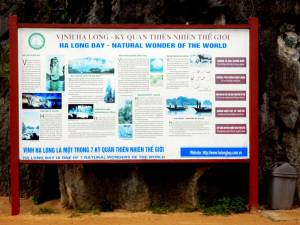 Vietnam | Norden, Ha Long Bay, UNESCO Weltnaturerbe. Schild mit der Beschreibung der Ha Long Bay