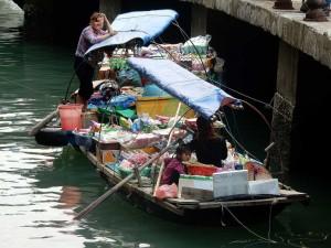 Vietnam | Norden, schwimmende Märkte in der Ha Long Bay. Eine Frau mit einem kleinen Mädchen verkauft Güter des täglichen Gebrauchs an Touristen in der Ha Long Bay