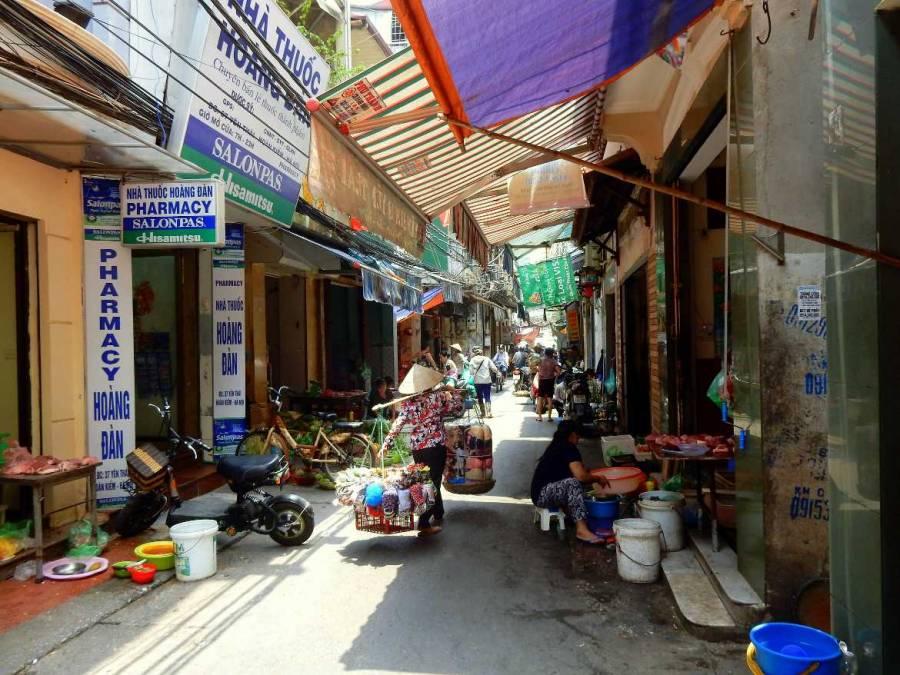 Vietnam | Norden, die berühmten Gassen der Altstadt in Hanoi. Blick in einer der vielen Gassen in den emsige Einheimische Waren verkaufen