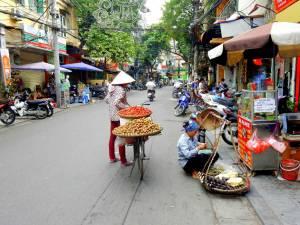 Vietnam | Norden, fleißige Verkäufer gibt es überall in den Straßen von Hanoi. Blick auf verschiedene Verkaufsstände und Garküchen