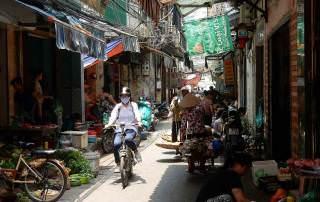 Vietnam | Norden, die Altstadt von Hanoi, die wohl in jedem Vietnam-Reisebericht unter Tipps bei Sehenswürdigkeiten erwähnt wird. EIne kleine Gasse mit verschiedenen Verkäufern und einer Frau auf dem Fahrrad