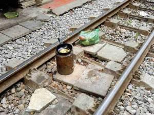 Vietnam | Norden, Hanoi. Braten bis ein Zug kommt. Eine Bratpfanne auf einer Feuerstelle direkt auf dem Gleis