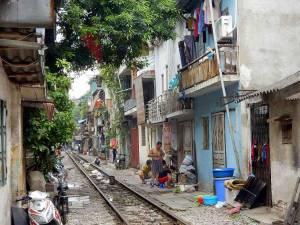 Vietnam | Norden, Leben an den Bahngleisen in Hanoi. Blick auf die Menschen und Häuser entlang der Gleise