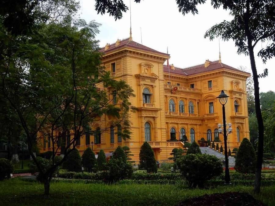 Vietnam | Norden, der Präsidentenpalast in der Nähe des Ho Chi Minh Mausoleum in Hanoi. Blick auf das gelbe große Gebäude