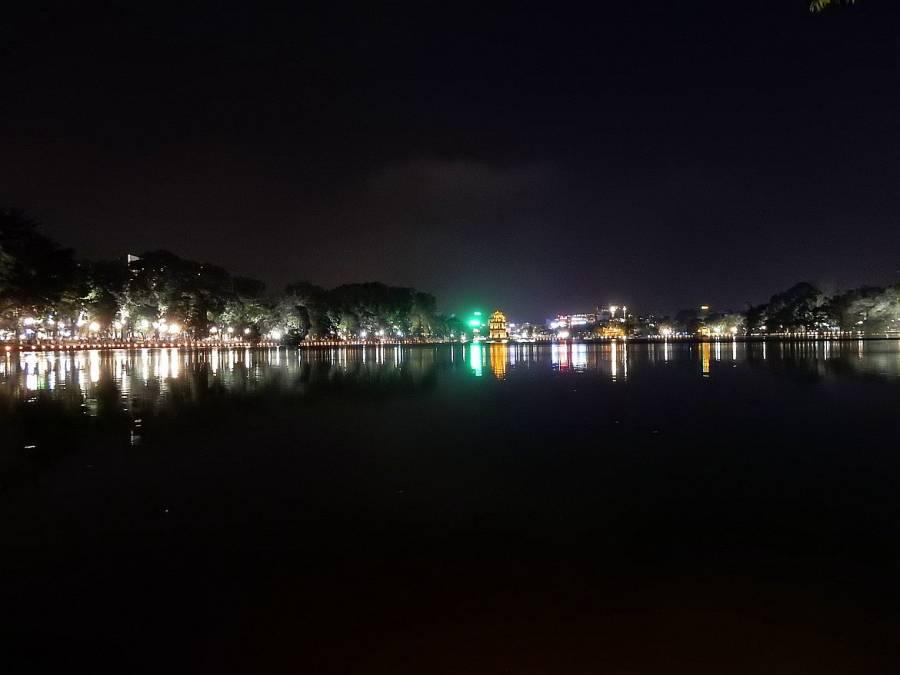 Vietnam | Norden, Hanoi. Panorama vom Süden des Hoan Kiem See auf Hanoi bei Nacht mit bunten Lichtern